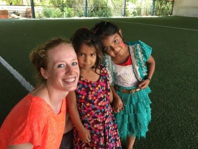 Mélody avec deux petites filles