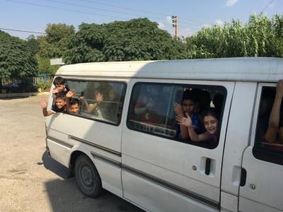 Les enfants rejoignant le camp