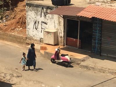 Une maman et sa fille dans un quartier de Beyrouth