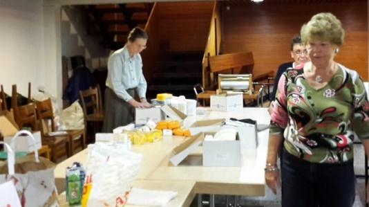 La confection des paquets de Noël à l'EER, avec l'équipe des retraités